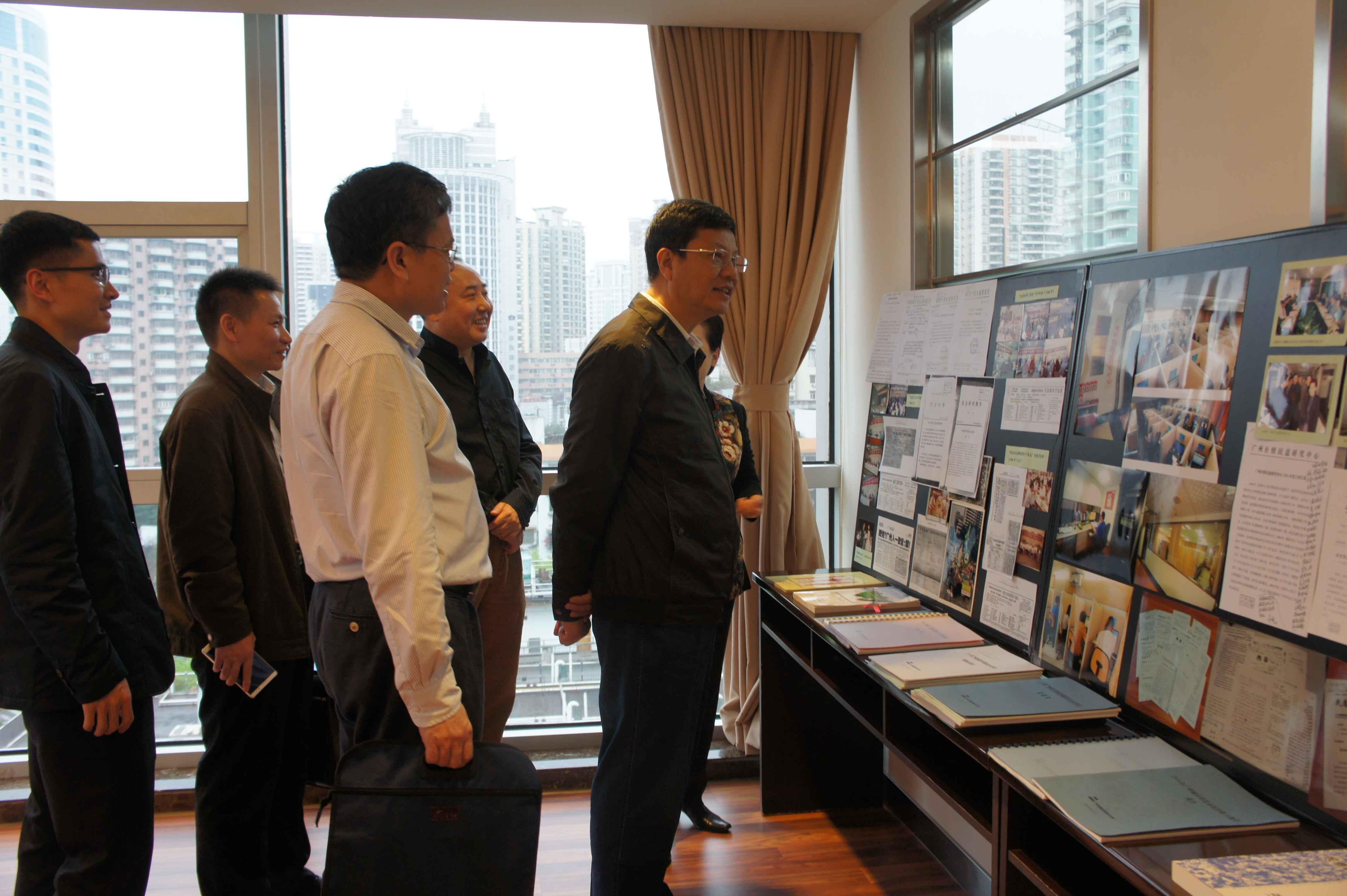 陈主任观看关于民意中心30年发展历程的图片展览